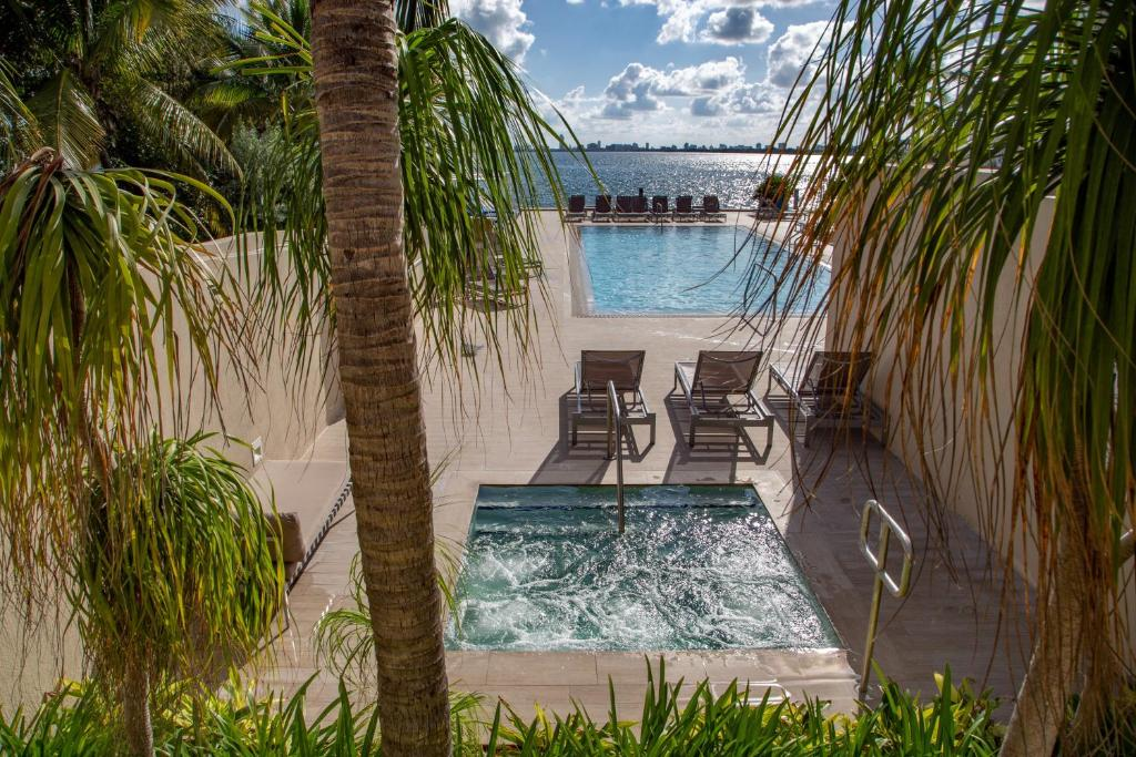 Mare Azur Design District Luxury Apartments tesisinde veya buraya yakın yüzme havuzu