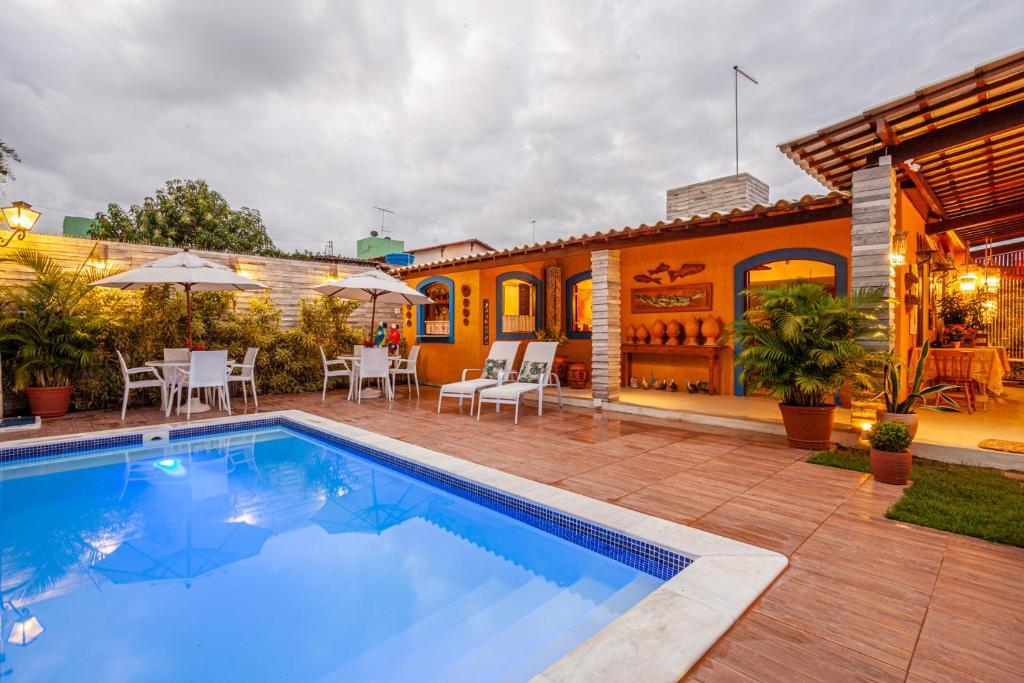 A piscina localizada em Charme da Vila Suítes ou nos arredores