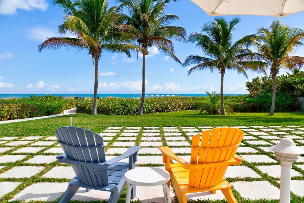 A garden outside Prestige Hotel Vero Beach