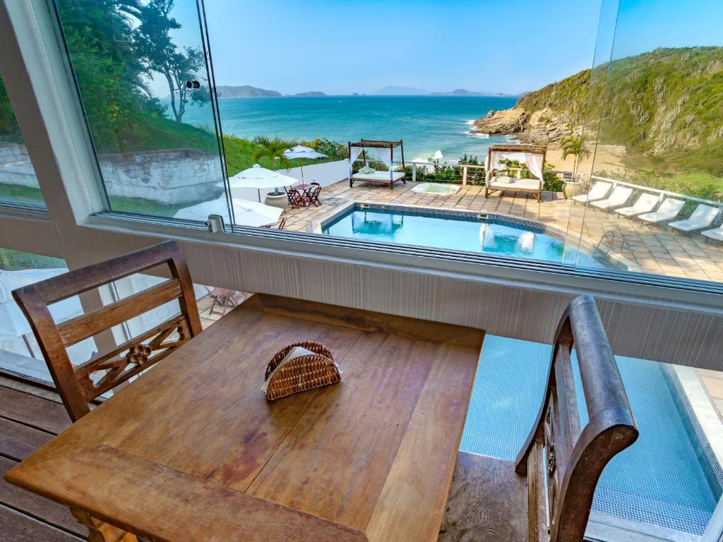 Uma vista da piscina em Apa Pau Brasil ou nos arredores