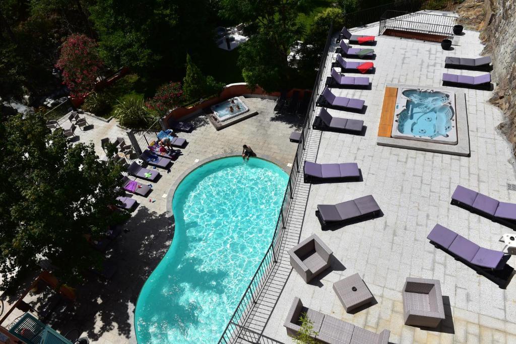 Vue sur la piscine de l'établissement Les Jardins De La Glacière ou sur une piscine à proximité