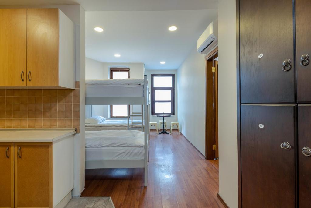 Двухъярусная кровать или двухъярусные кровати в номере Sanat Hostel Taksim
