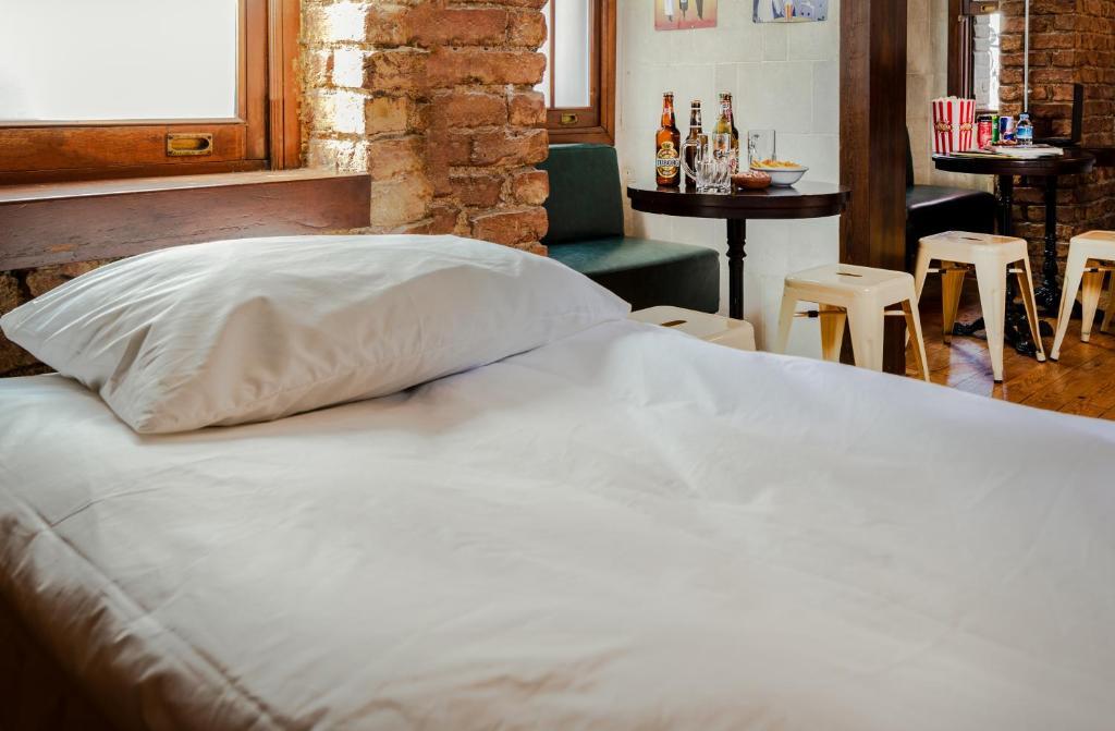 Кровать или кровати в номере Sanat Hostel Taksim