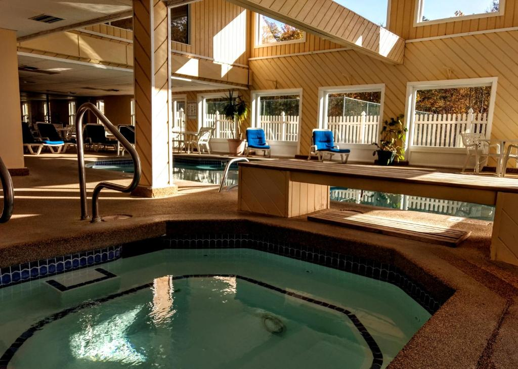 The swimming pool at or near Cathedral Ledge Resort