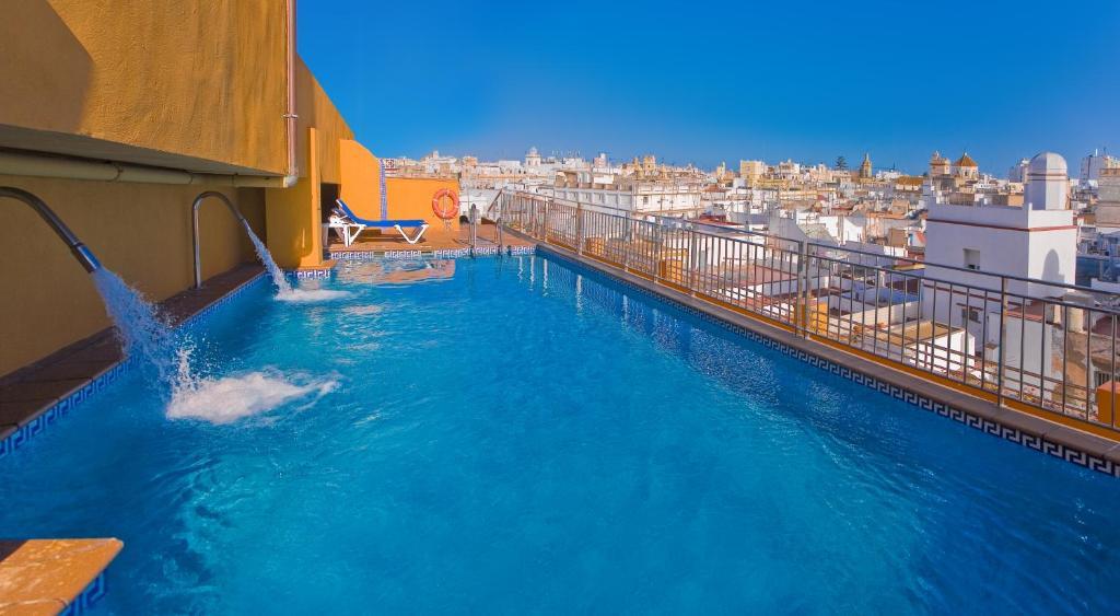 Piscine de l'établissement Senator Cádiz Spa Hotel ou située à proximité