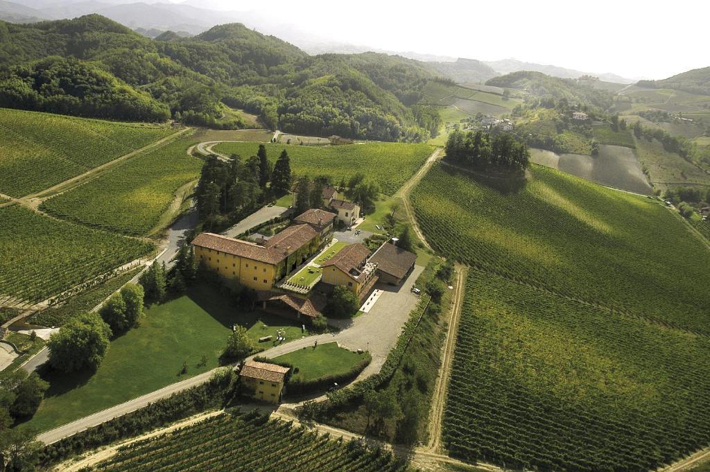 Een luchtfoto van Albergo l'Ostelliere - Villa Sparina Resort