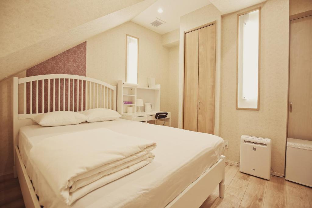 A bed or beds in a room at Harajuku Hostel, walk to the sta 6mins/ 原宿车站步行5分钟 超级便利