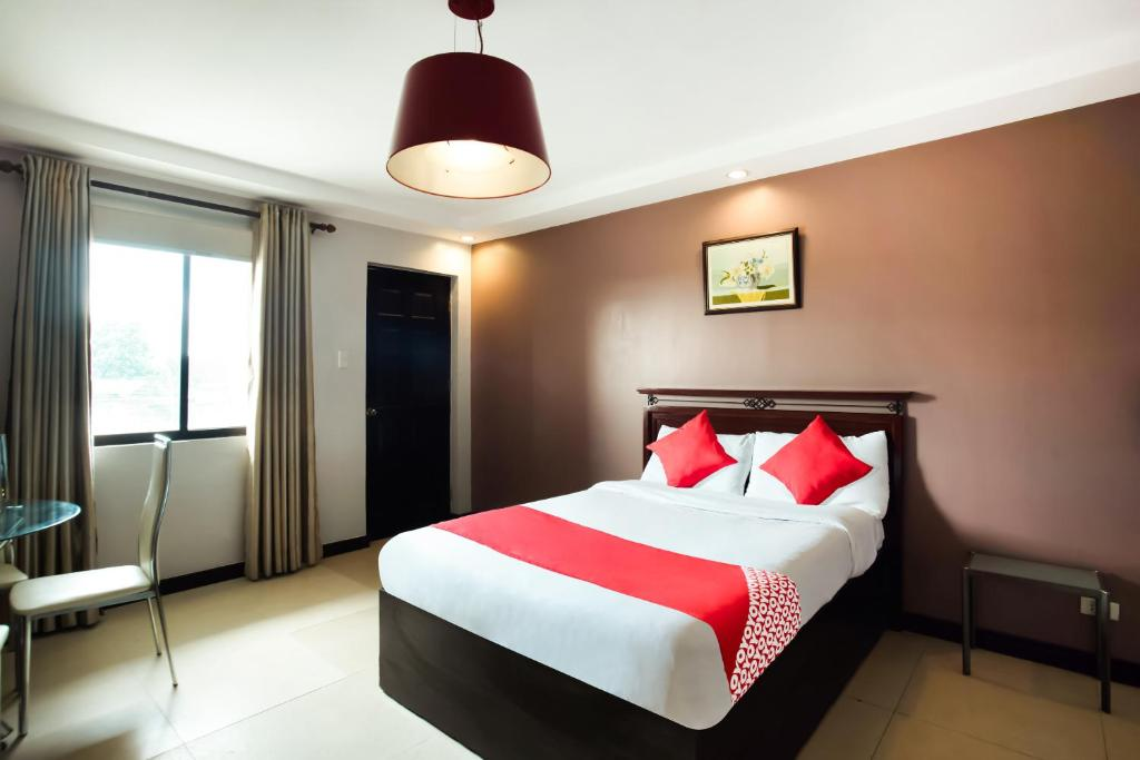 A bed or beds in a room at OYO 394 Tagaytay Haven Hotel Mendez
