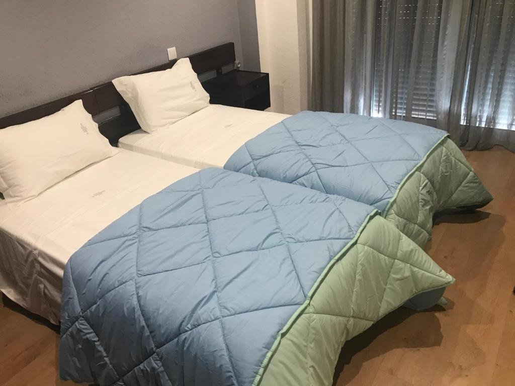A bed or beds in a room at Dom Quixote
