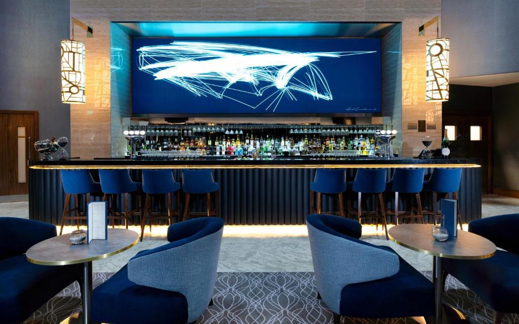 The lounge or bar area at Crowne Plaza London Heathrow T4