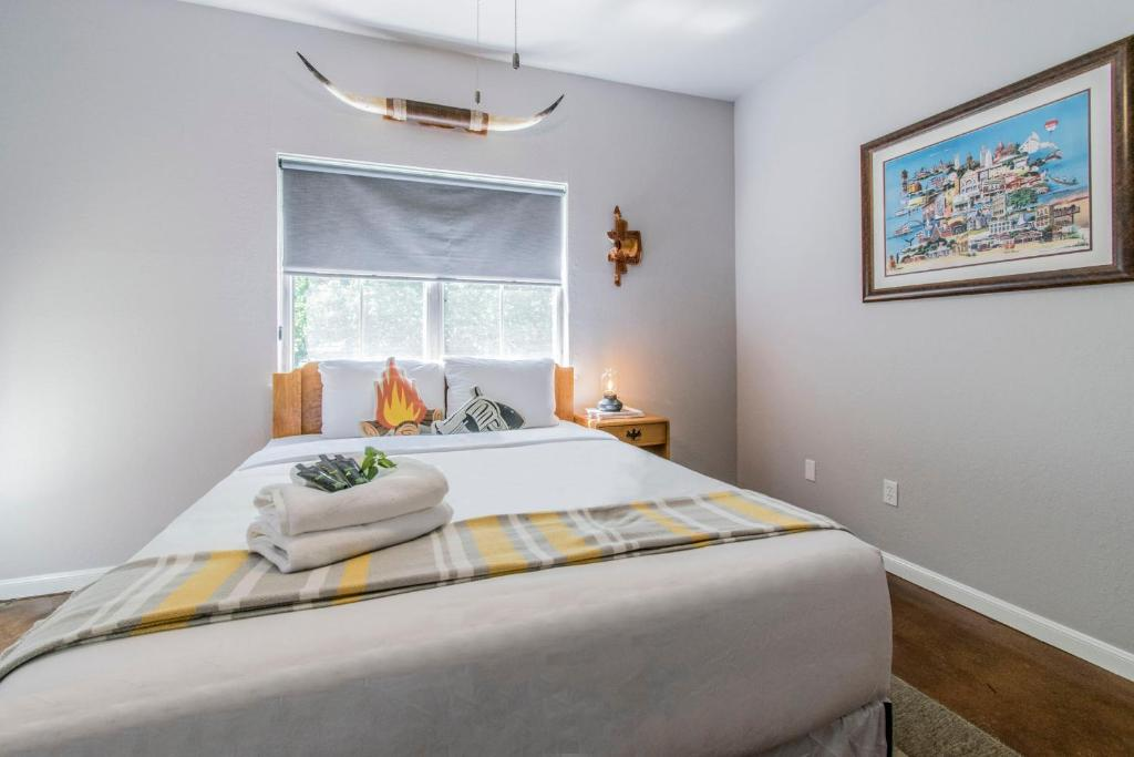 A bed or beds in a room at Tarrytown Getaway Near Downtown