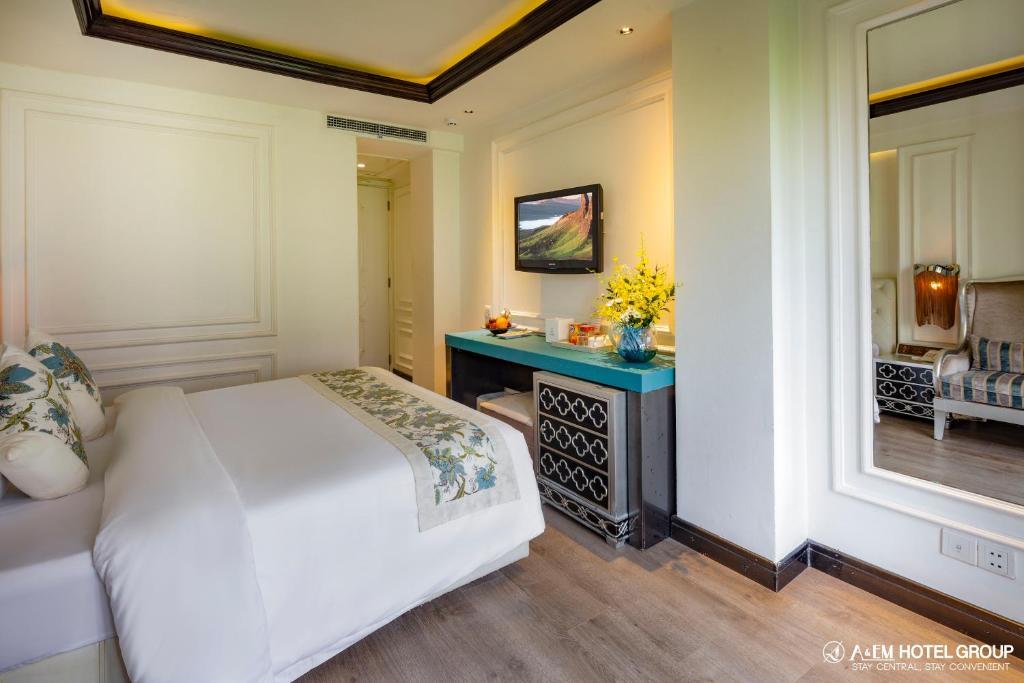 A & EM - Corner Saigon Hotel