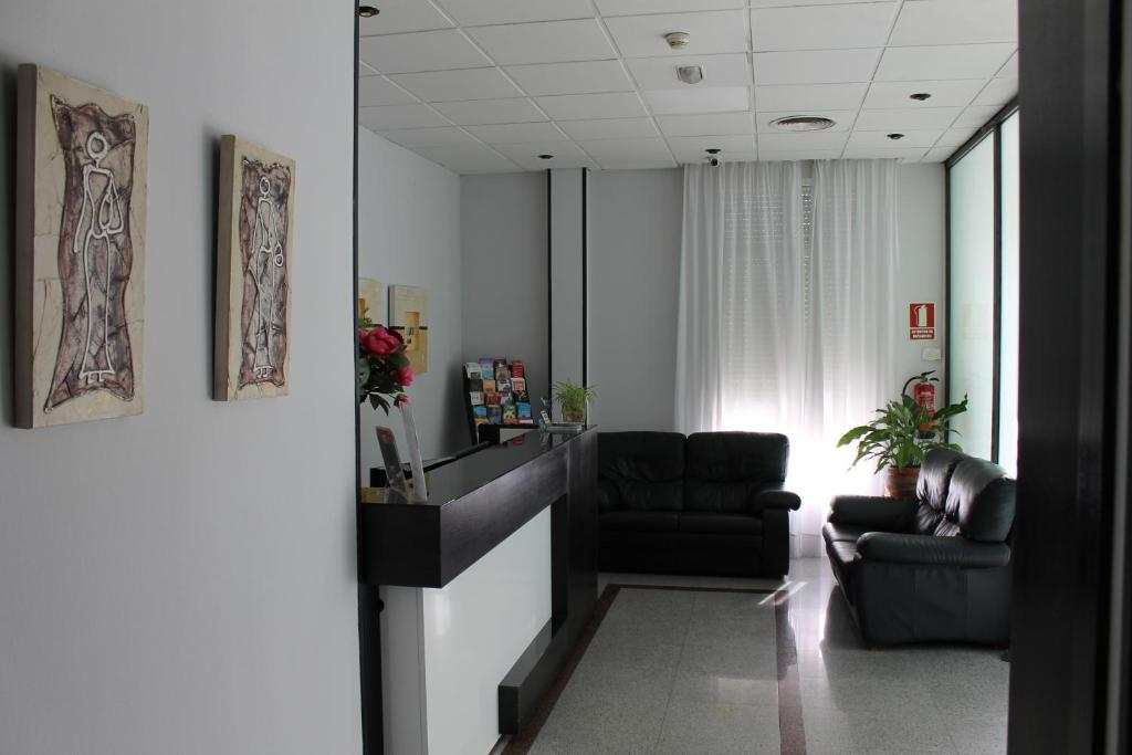 The lobby or reception area at Hotel Barajas Plaza
