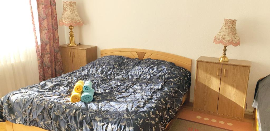 A bed or beds in a room at Ellis Room for You in Berlin West