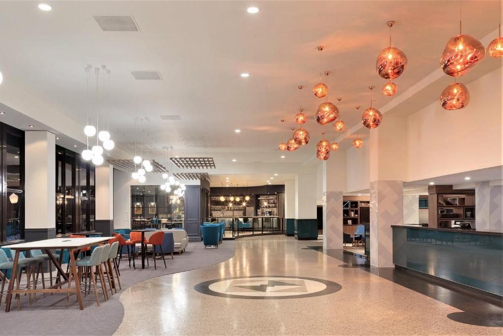 A restaurant or other place to eat at Holiday Inn London Kensington Forum