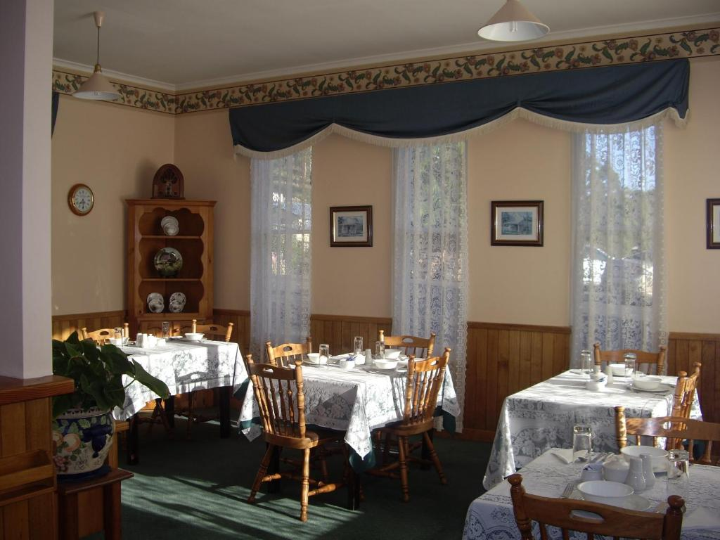 A restaurant or other place to eat at Lucinda B&B