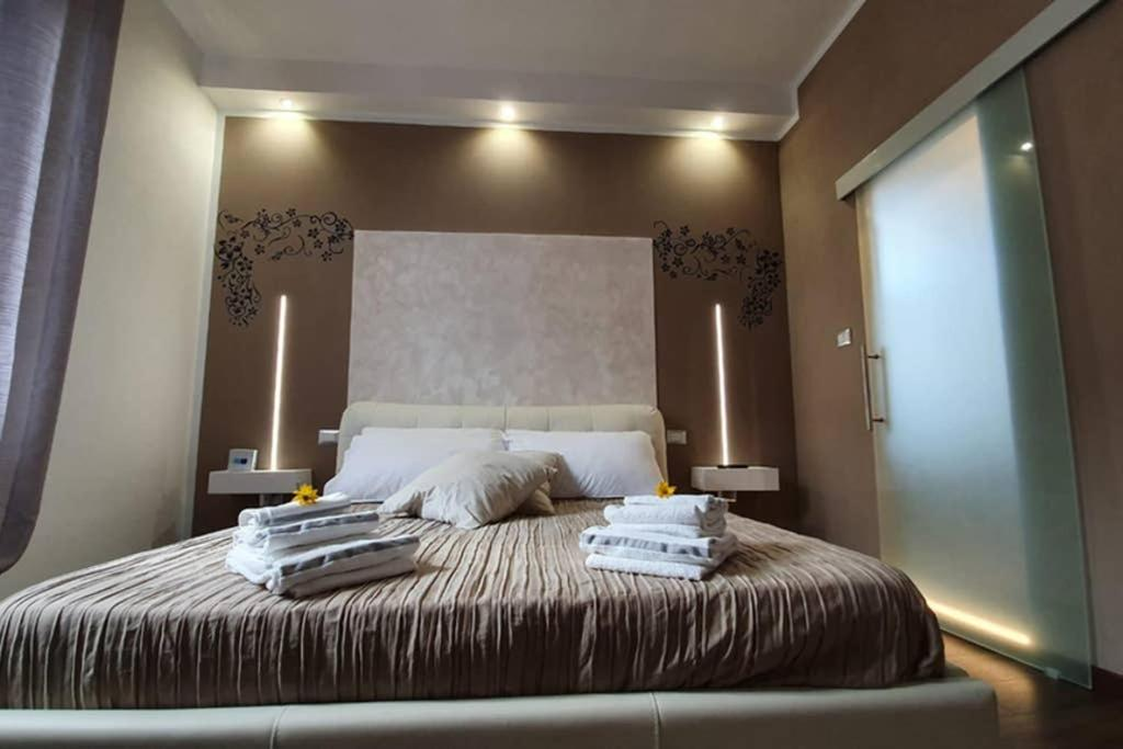 A bed or beds in a room at casa ottaviano IGIENE 10