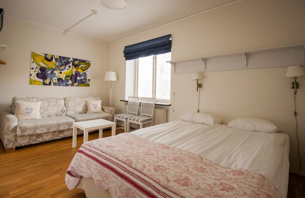 A bed or beds in a room at Slottshotellet Budget Accommodation