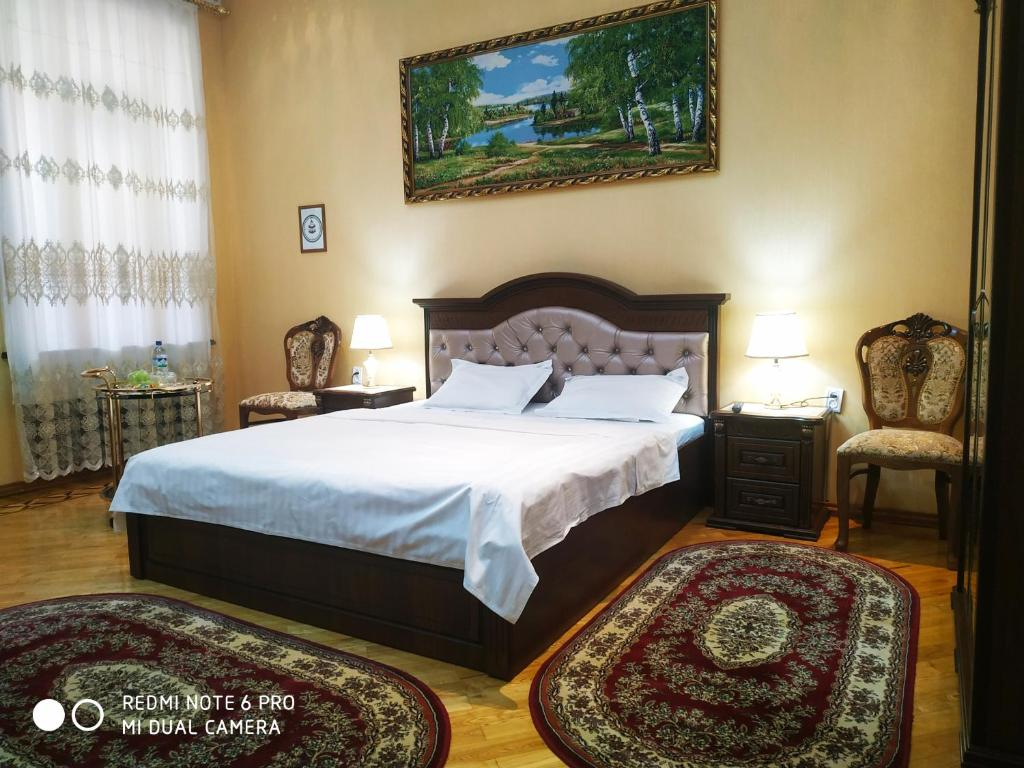 A bed or beds in a room at HAPPY HOUSE HOTEL
