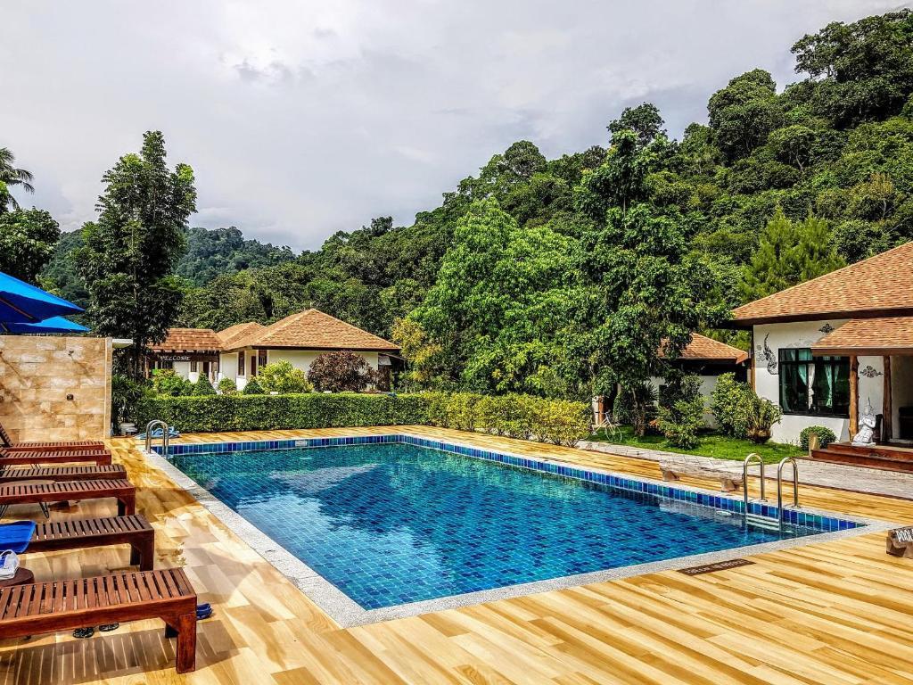 Der Swimmingpool an oder in der Nähe von Koh Ngai Paradise Beach
