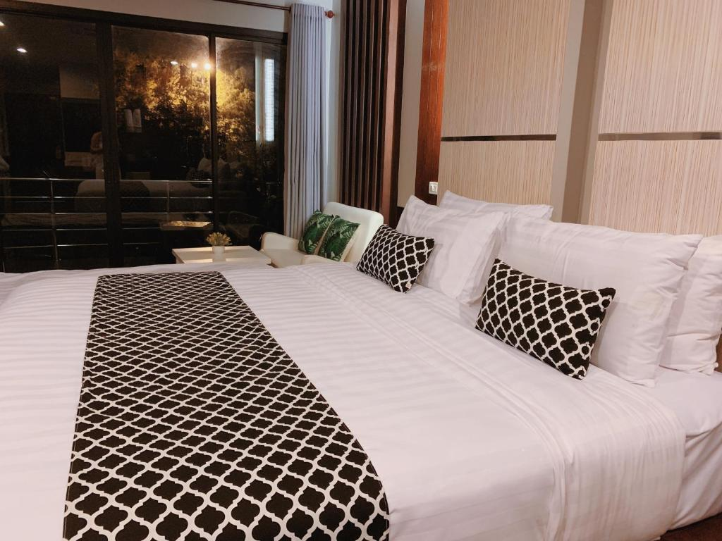 A bed or beds in a room at Phi Phi Ton Sai Place