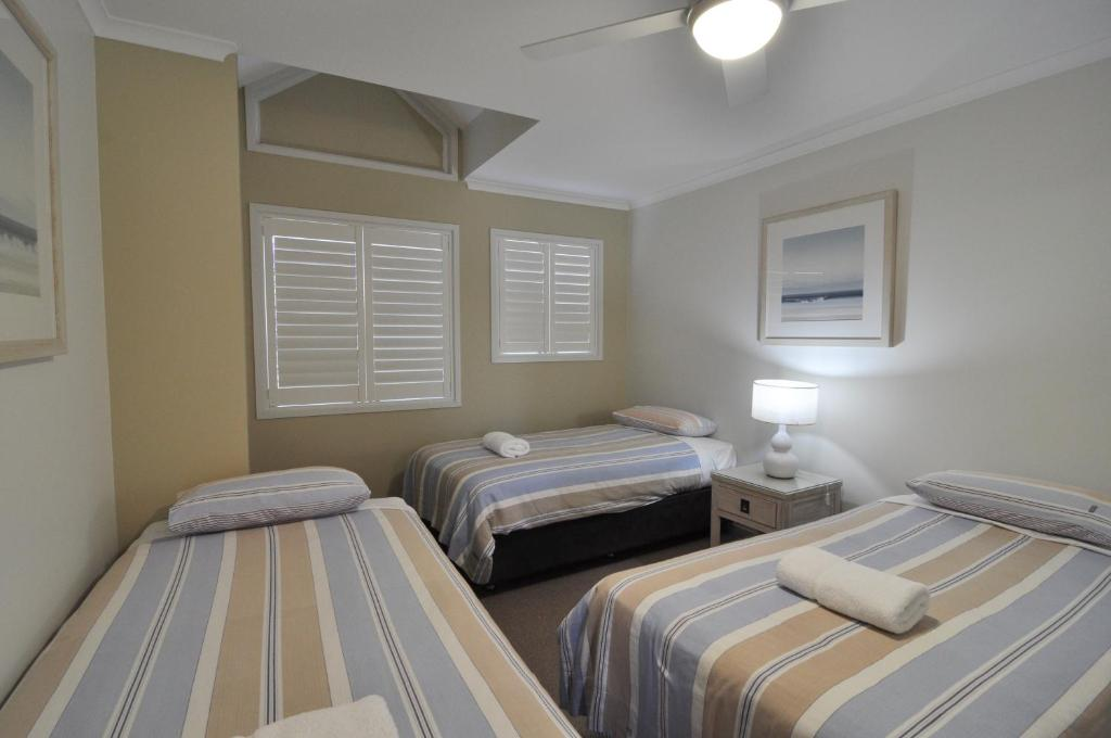 A bed or beds in a room at Bluedock Apartments