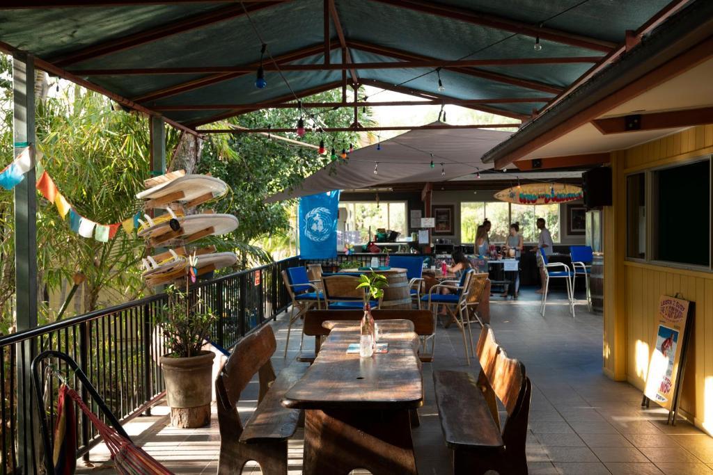 Um restaurante ou outro lugar para comer em Beachside 1770 YHA