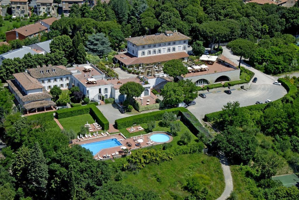 Een luchtfoto van Hotel Garden