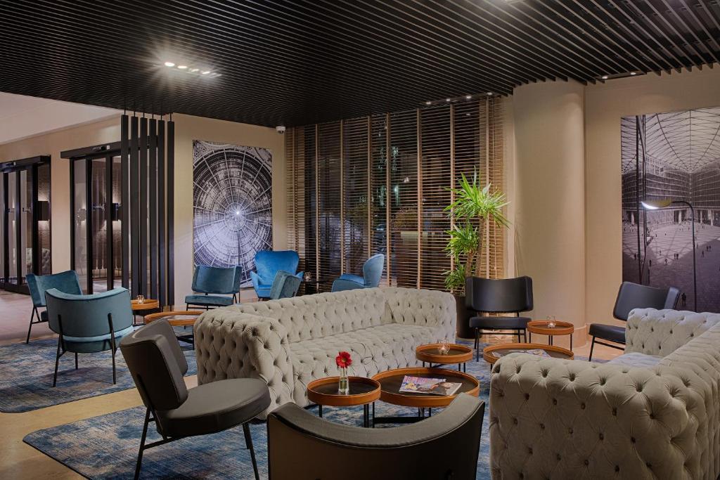A seating area at Radisson Blu Hotel Milan