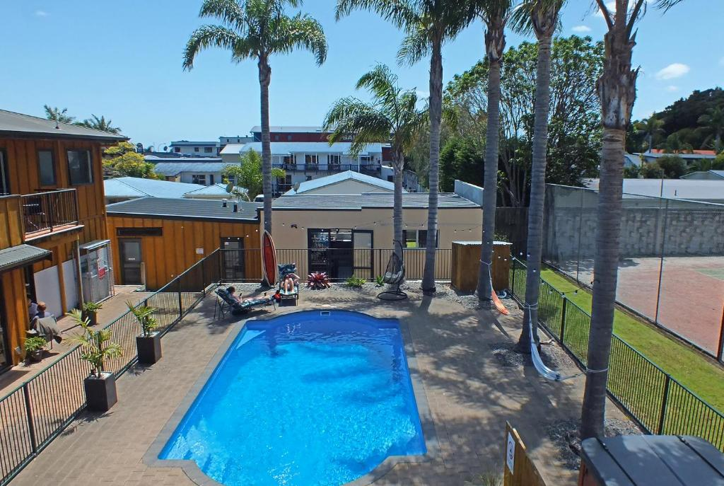 The swimming pool at or close to Bay Adventurer Backpackers & Apartments