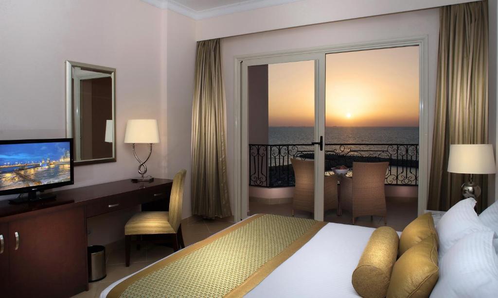 سرير أو أسرّة في غرفة في فندق توليب الإسكندرية