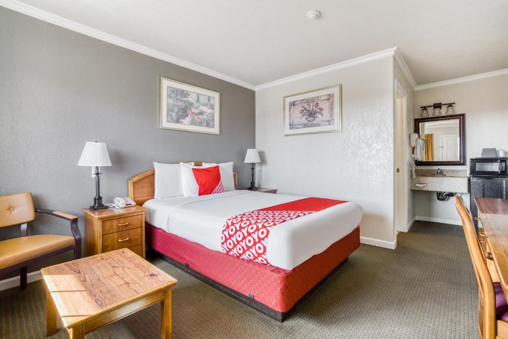 OYO Hotel North Bay at Petaluma - 3 mi from Saint Joseph Healthにあるベッド