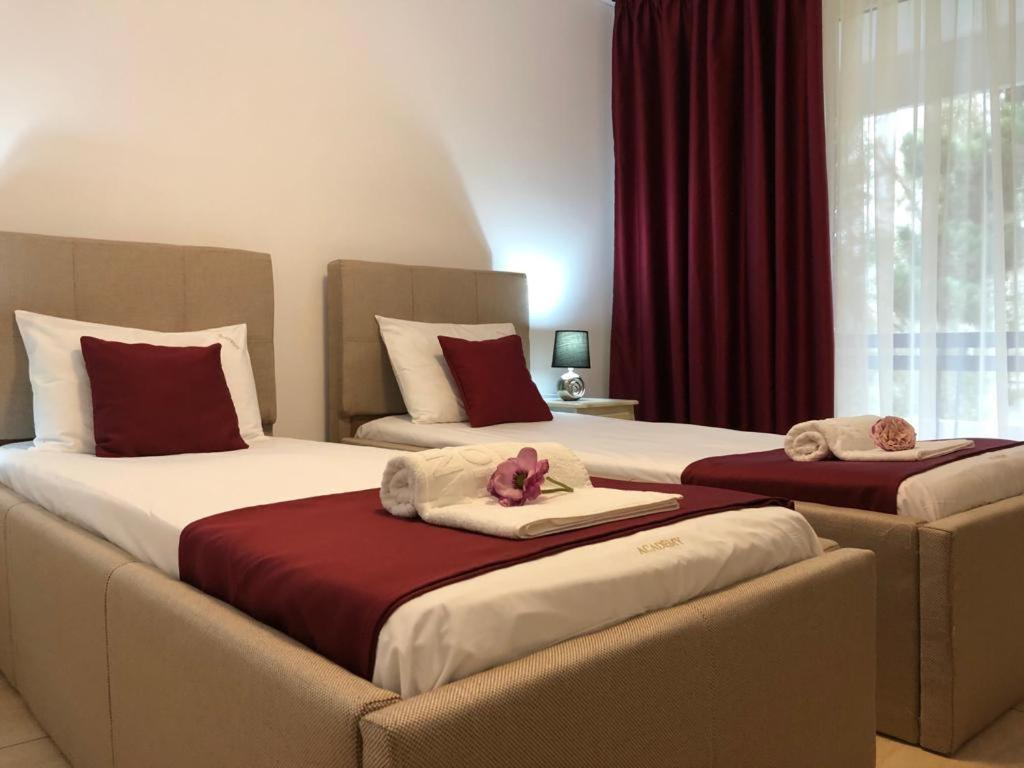 Un pat sau paturi într-o cameră la Academy Hotel