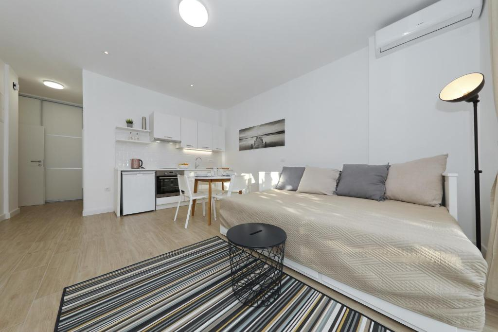 A seating area at Idassa bridge apartments