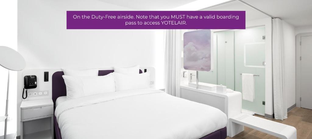 Кровать или кровати в номере YOTELAIR Istanbul Airport (Airside)