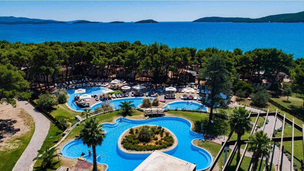 Uitzicht op het zwembad bij Hotel Niko of in de buurt