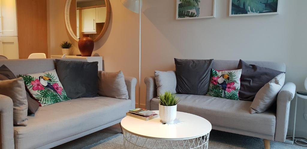 Quiet, Modern 2 Bed 2 Bath Apartment With Free Parking And Lift In Leith