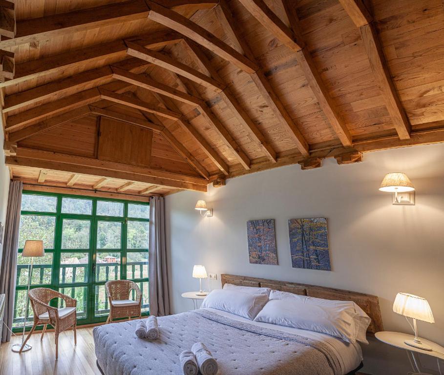 A bed or beds in a room at La Figal de Xugabolos,