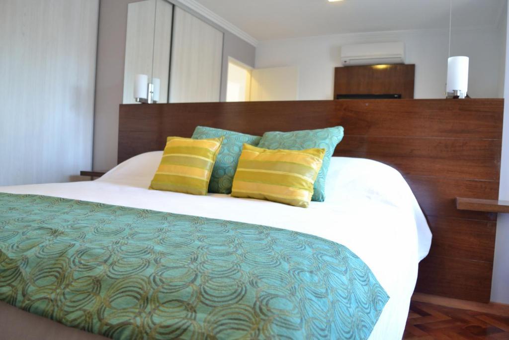 Una cama o camas en una habitación de AT Suites