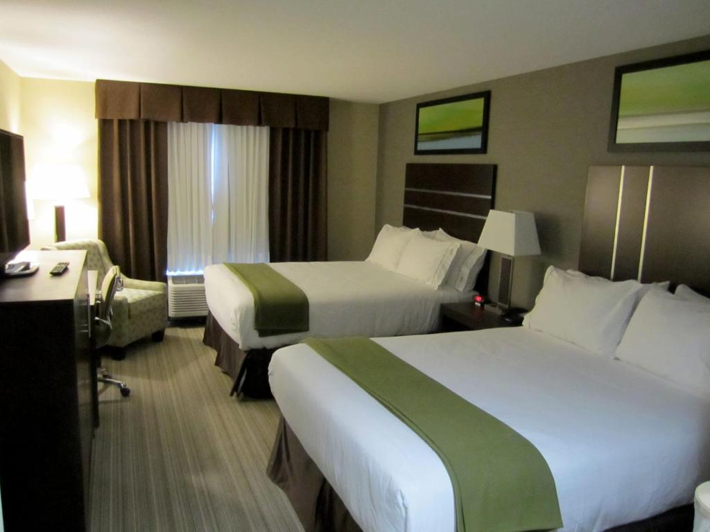 A bed or beds in a room at Holiday Inn Express Golden-Kicking Horse