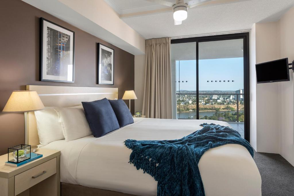 A bed or beds in a room at iStay River City Brisbane