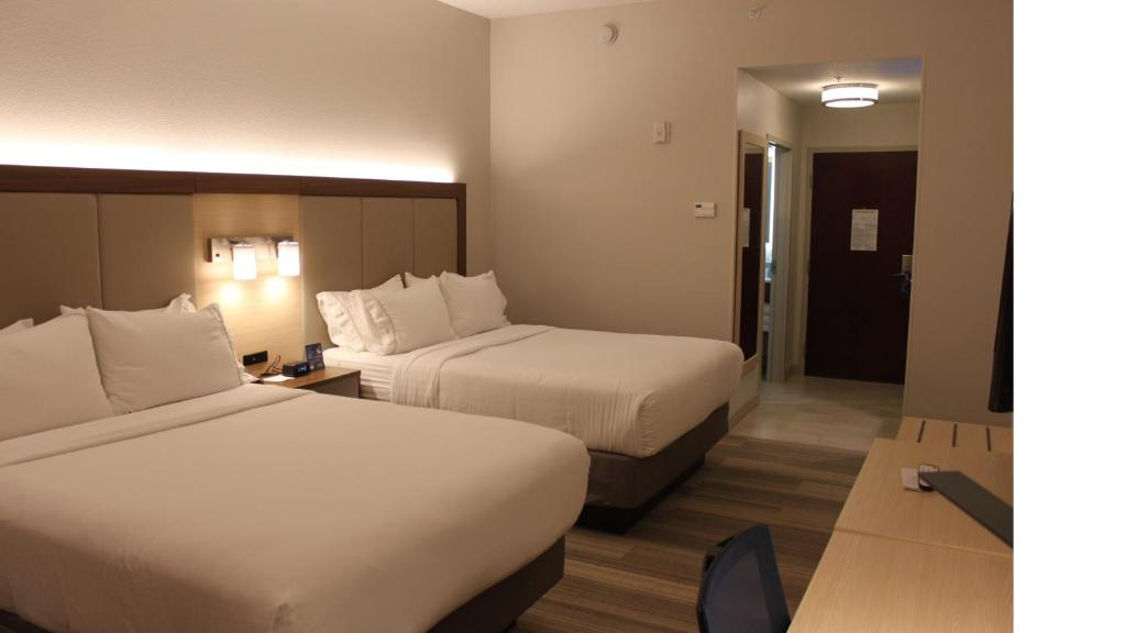 A bed or beds in a room at Holiday Inn Express Orlando - South Davenport