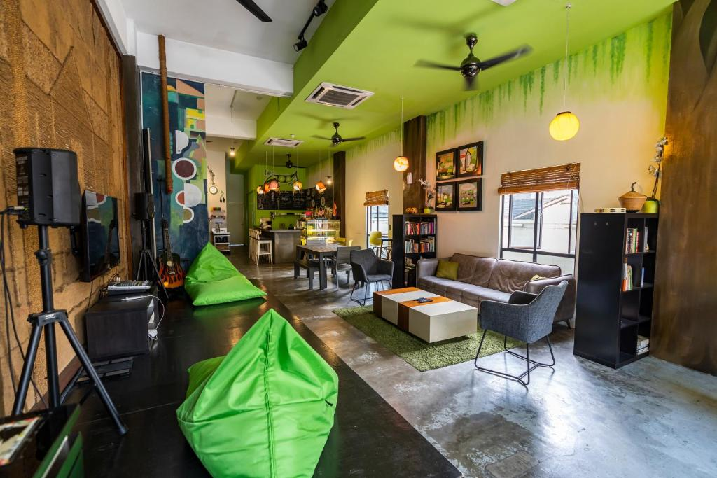 A restaurant or other place to eat at PODs The Backpackers Home & Cafe, Kuala Lumpur