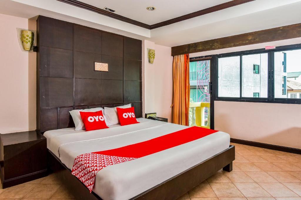 เตียงในห้องที่ OYO 447 Royal Express Hua Hin