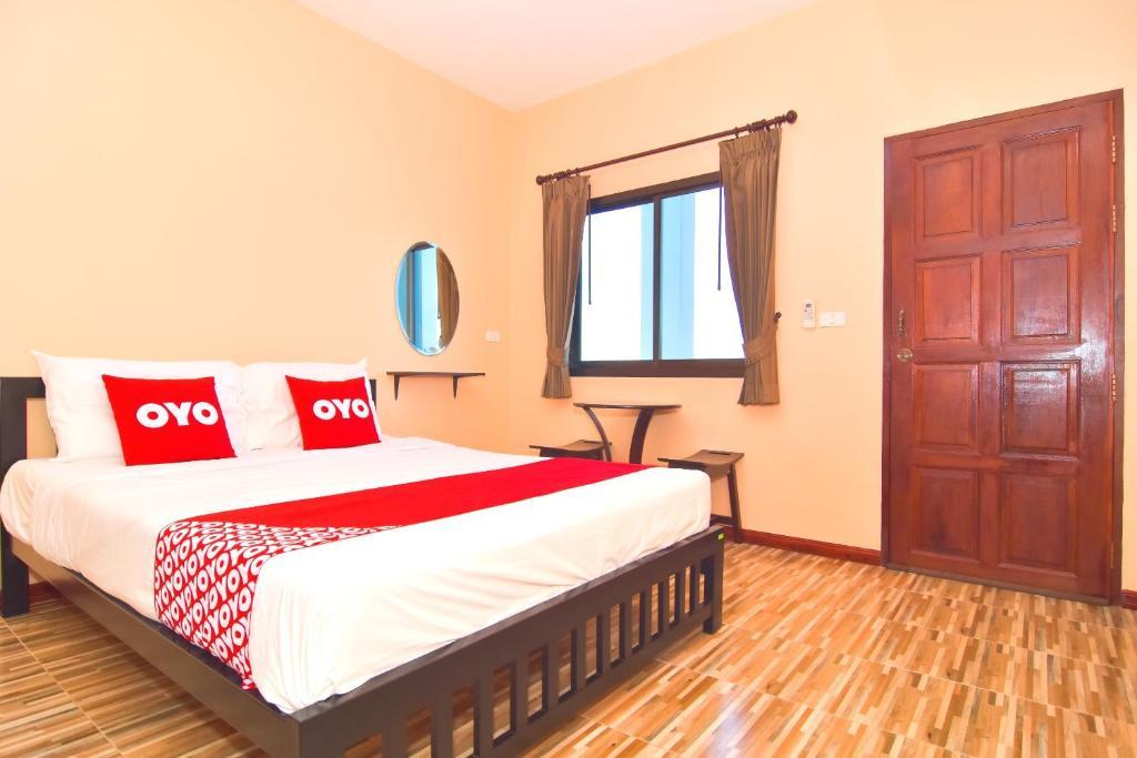 เตียงในห้องที่ OYO 481 Baan Kai Na
