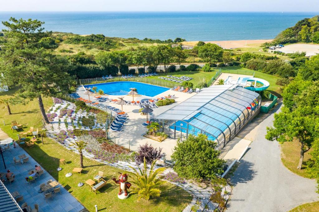 A view of the pool at Camping de l'Eve**** or nearby