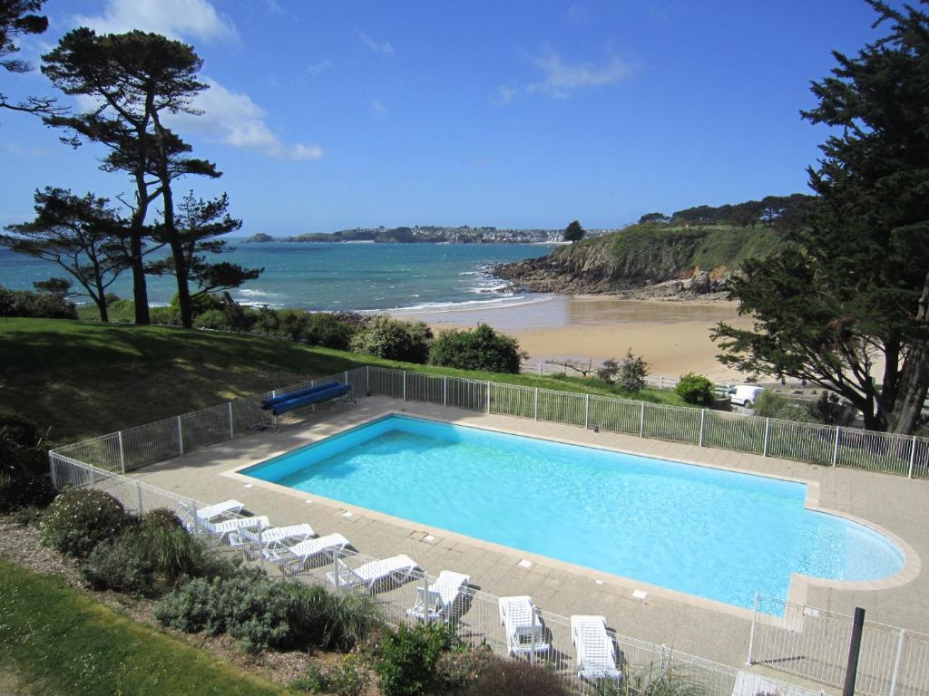 Der Swimmingpool an oder in der Nähe von Résidence Néméa Iroise Armorique