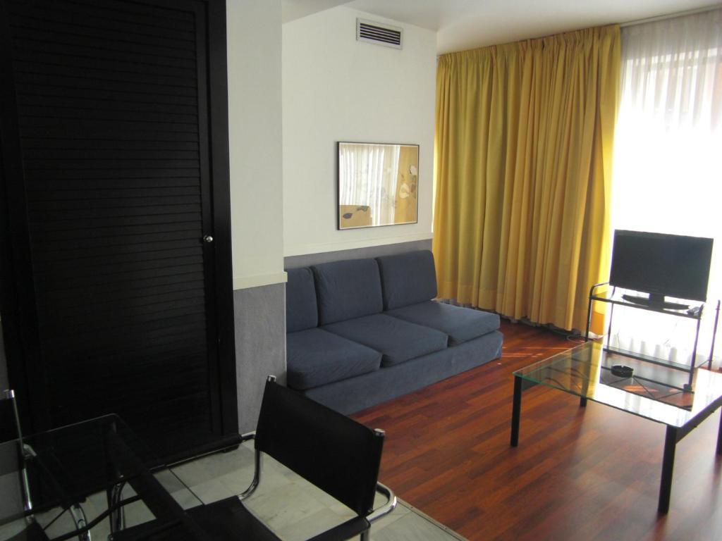 A seating area at Apartamentos Descartes