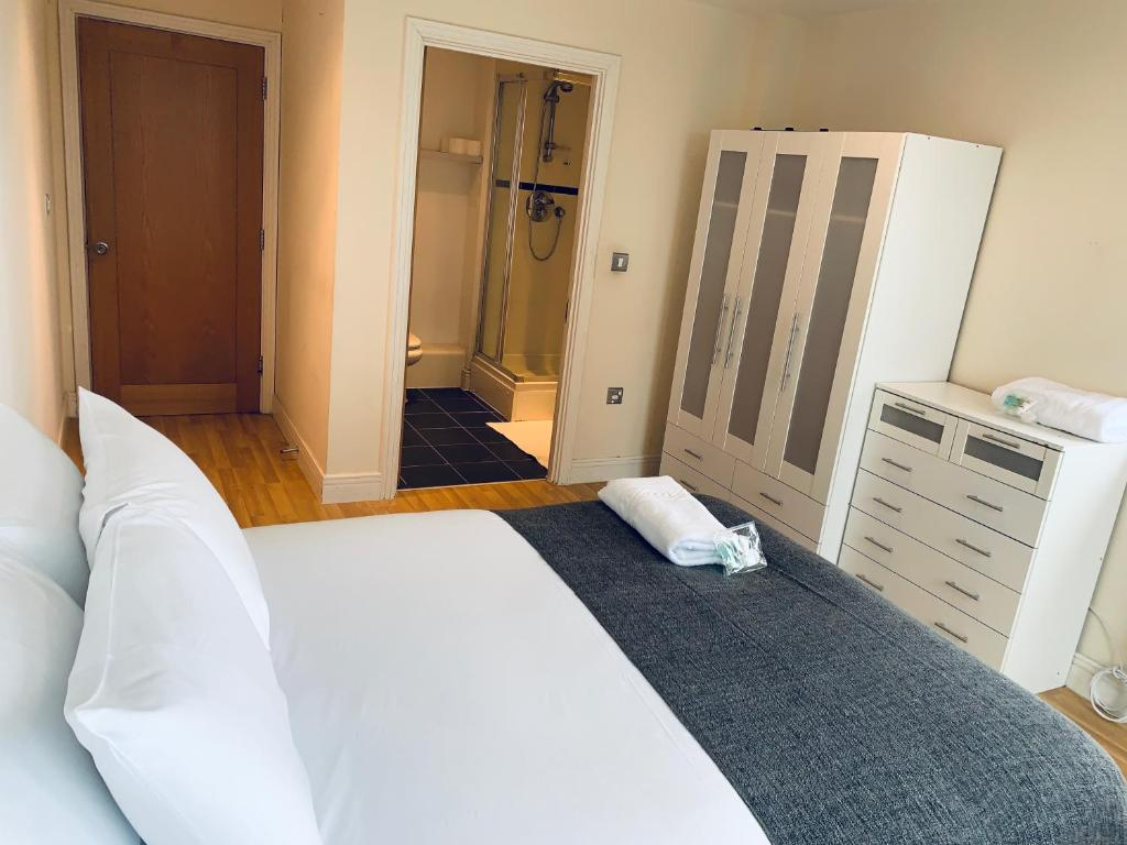 A bed or beds in a room at Capital Stay London Docklands