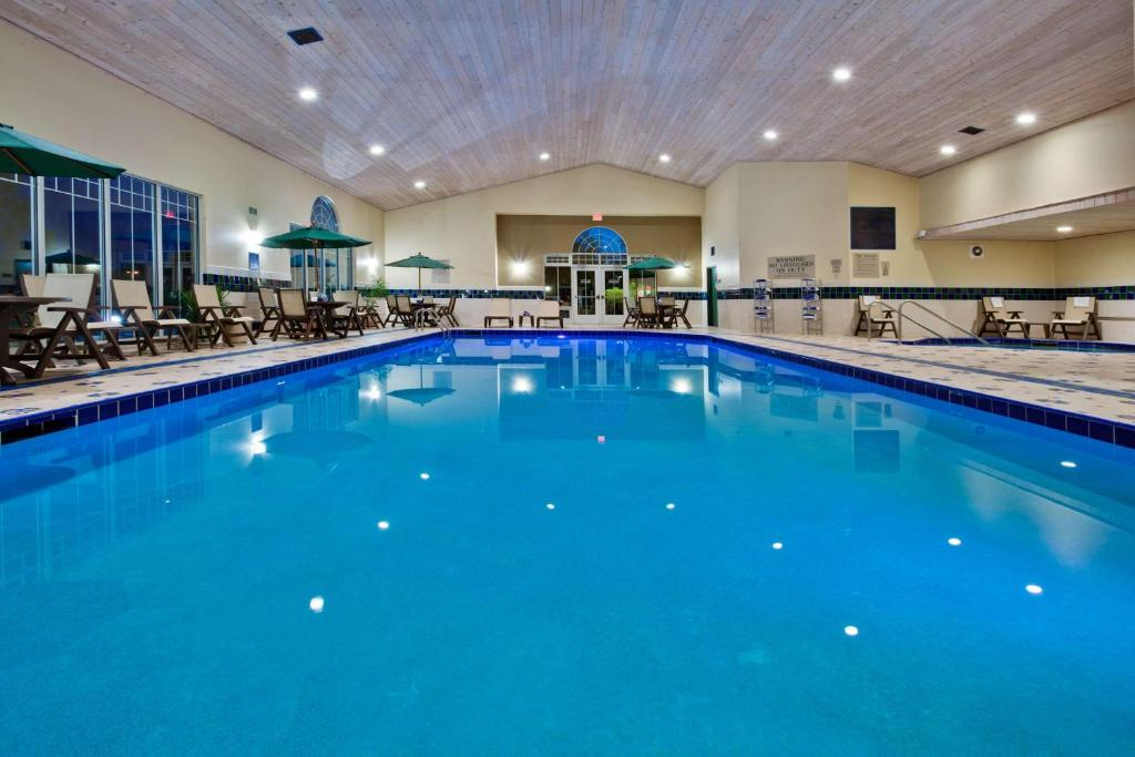 The swimming pool at or near Country Inn & Suites by Radisson, Des Moines West, IA